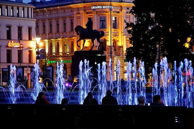 napalone kobiety przy fontannie